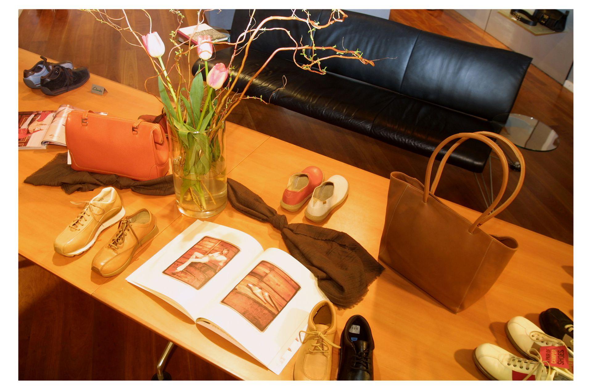Dekoration: Schuhe, eine Tasche ein Schal und Magazine