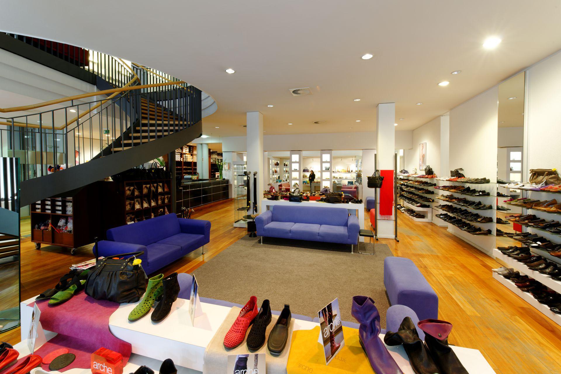 Schuhhaus Schütte Innenansicht - Treppe und violette Sofas